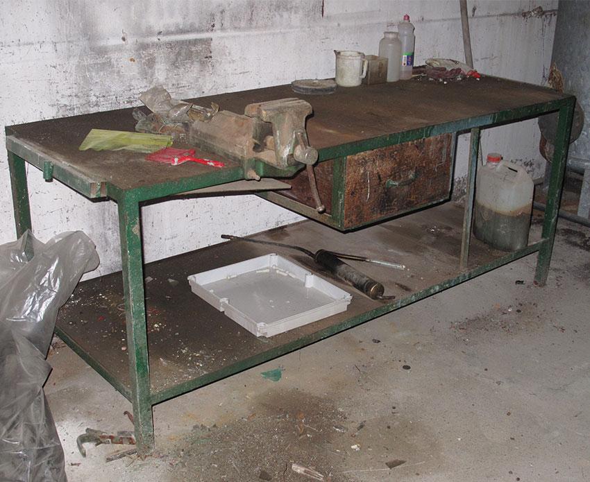 Ceramics tavolo o bancone da fabbro usato in ferro con for Tavolo alto usato